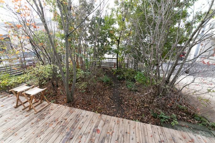 デッキから庭を見る。「最近は忙しくてできない」そうだが、ここでランチをとることも。