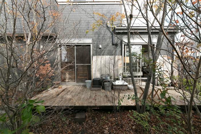 家の前には広さのあるデッキを取り付け、家庭用の洗面台を使って水場も設けた。アカシデをメインに植樹。