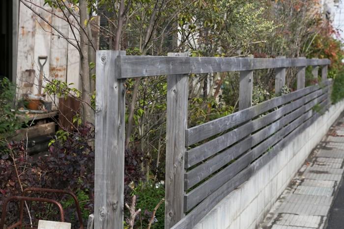 夫がスギ材でルーバー状に作り上げたフェンス。朽ちた感じの木が味を出す。
