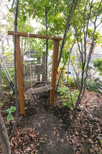 木陰にひっそりと設置されていたブランコ。恵さんがひとりで作成した。