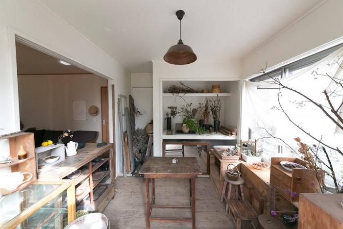 仕事用の素材などを置いているアトリエ。ふじみ野のHANG caféで買った照明など、大好きな古道具で統一。