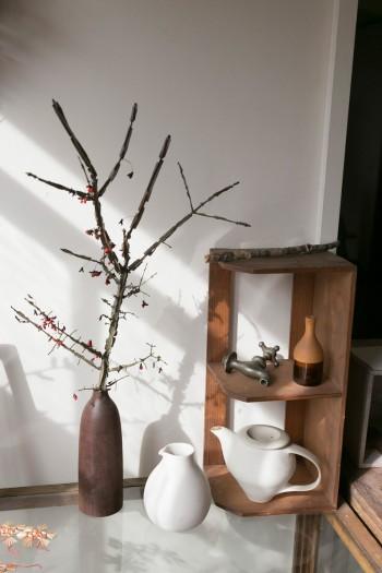 作家ものの花器と枯れ木の風合いがマッチ。