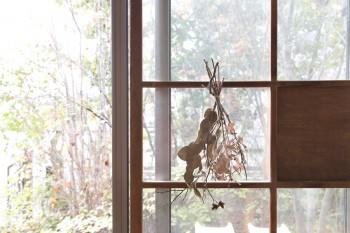 サッシに格子戸を重ねて使用。窓からのぞき見える庭の景色が風情豊か。