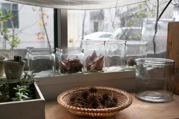 ガラスの容器に枯れ葉をアレンジ。拾い集めた木の実などもインテリア小物に。
