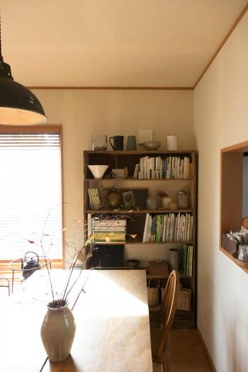 テーブルは学校の工作机をふたつくっつけて使用。本棚はDEMODE FURNITUREのもの。