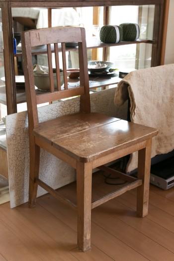 三坂堂で購入した学校の古い椅子。椅子好きになったきっかけ。