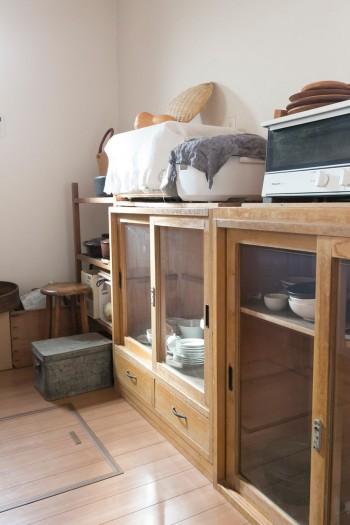 キッチンもアンティークの食器棚を使用。愛用の食器や料理道具をすっきりと収納。