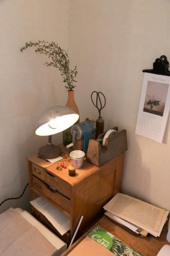 仕事用の机の上も、アンティークと植物で豊かに。