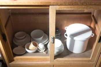 陶器はイッタラやティーマーを日常使い。右側は米びつ。