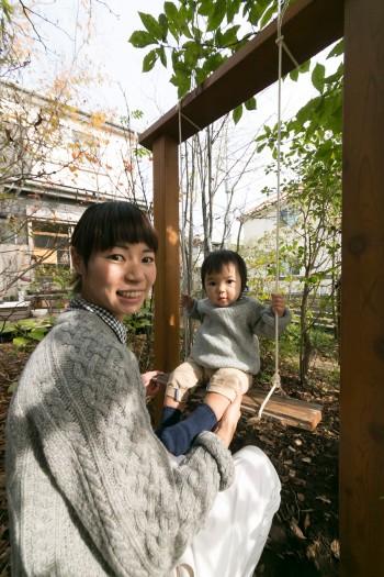 季杜音ちゃんと恵さん。庭のある豊かで穏やかな暮らしを楽しんでいる。