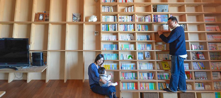 傾斜壁のある家  傾いた壁と一体化した本棚と 眺望が大のお気に入り