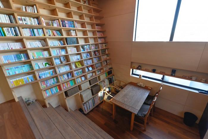 2階から中2階を見下ろす。ダイニングの床から天井まで続く本棚の棚板は、大人が乗ってもまったく問題のない強度でつくられている。