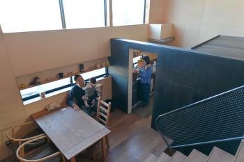 プライバシーを考慮して、上の大開口とは対照的にダイニングには横長の狭めの開口を設けた。