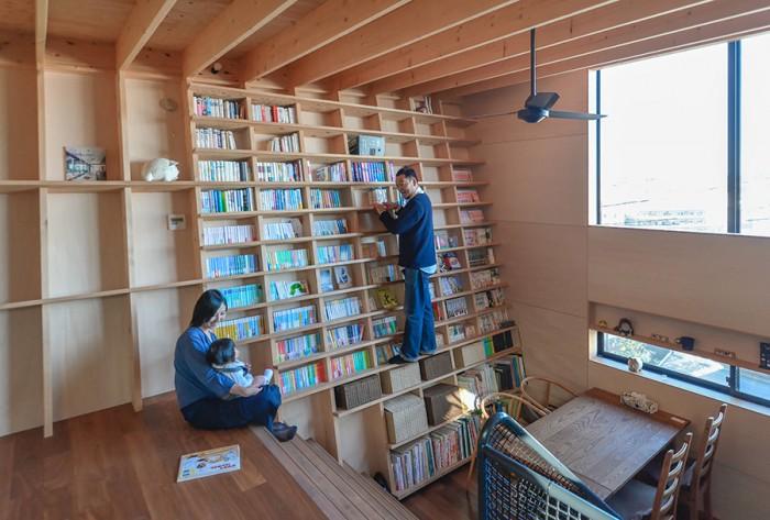 「この子が自分で本を取って、階段のところで読んだりというふうになったらいいなあと思っているんですけど。本好きの子になったらなあと」(佐藤さん)。