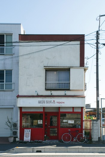 桃円のテーマカラーは赤。ドアの左側が焙煎室、右側が商品が並ぶコーナー。