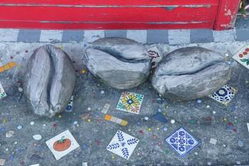 店の入口には、集めていたメキシコのタイルを埋めこんだ。豆のオブジェは、近くのカフェのマスターがチェーンソーで作ってくれたもの。