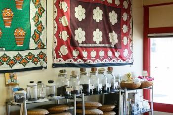 焙煎された豆が並ぶ。壁に飾られているのはアフリカンアートの店で買った「カンガ」と呼ばれる布。