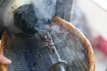 1回の焙煎にかかる時間は20分ほど。注文に応えるため、毎朝5時からフル稼働で焙煎を行っている。