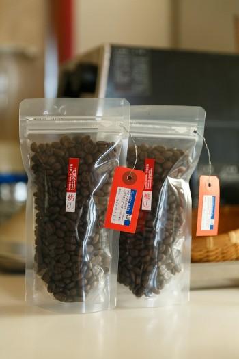焙煎した豆は100gから購入できる。タグには豆の種類や焙煎日が記されている。