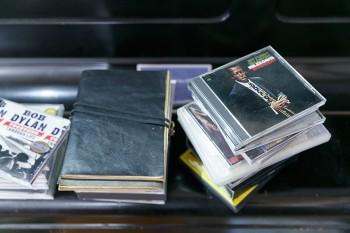 店の奥のアップライトピアノにはCDが無造作に積まれていた。