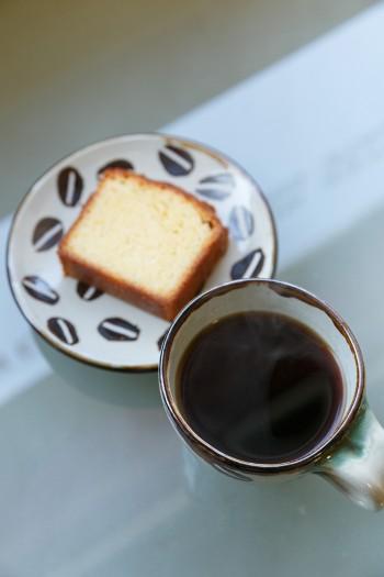 お手製のケーキと淹れたてのコーヒー。豆が描かれたカップやお皿は、お客様からのプレゼント。