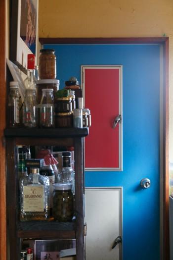小窓つきのドアをペンキで3色に塗り分けた。