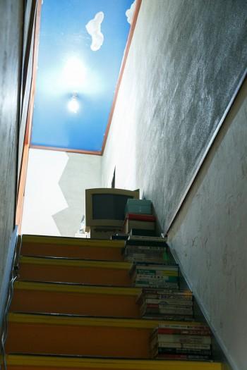 階段の天井には青空と雲を描いた。