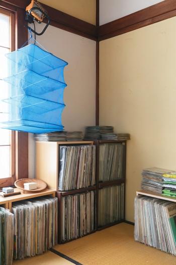 音楽好きの須田さん。部屋の片隅にはレコードがたくさん。ブルーのネットは野菜などを干すためのもの。