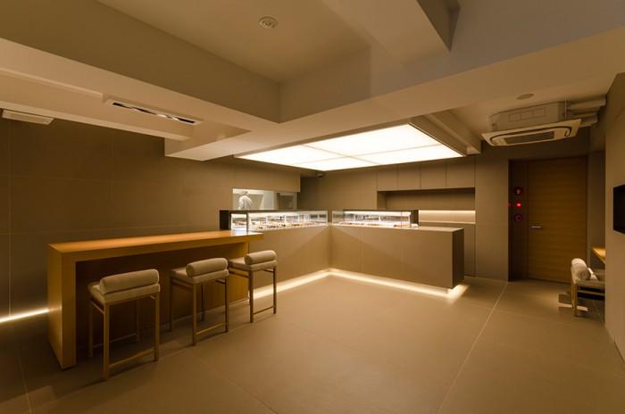 落ち着いたベージュを基調とした店内。床には約1m角の大きなタイルを敷き、ゆったりとした空間を演出している。