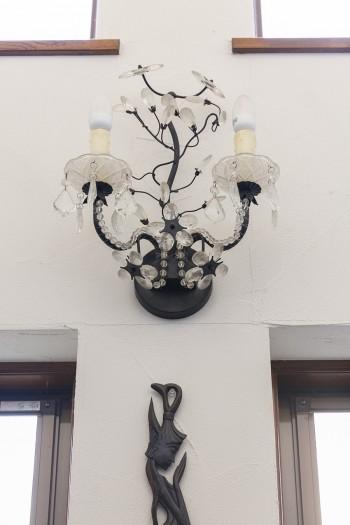 玄関の壁に取り付けられたアンティーク調の照明。一つひとつのモノ選びにこだわりを感じる。