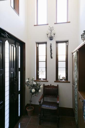 玄関は吹き抜けになっているため、明るく開放的。広々とした玄関も、この家を購入する決め手だった。