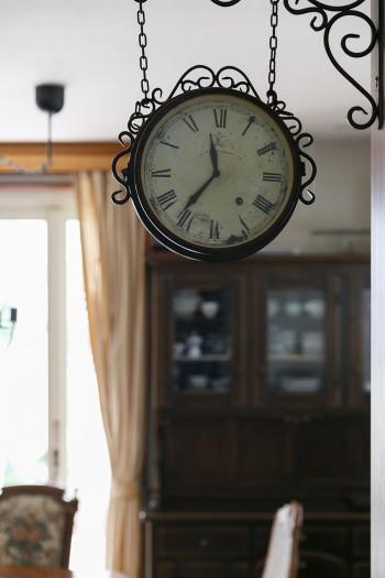部屋の雰囲気にぴったりのアンティーク調吊り時計。ホームセンターで見つけたという掘り出し物だ。
