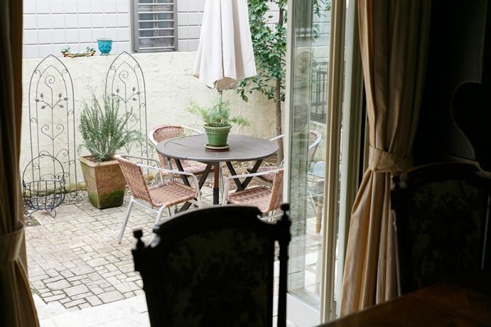 レンガ敷きの素敵な庭は、ガーデナーの肩書を持つももよさんのお母さまが手掛けた。購入時は松が植えられていて日本庭園のような雰囲気だったそう。