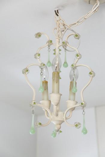 キッチンの照明は、ミントグリーンがアクセントになったシャンデリア。ももよさんのお気に入りのひとつ。