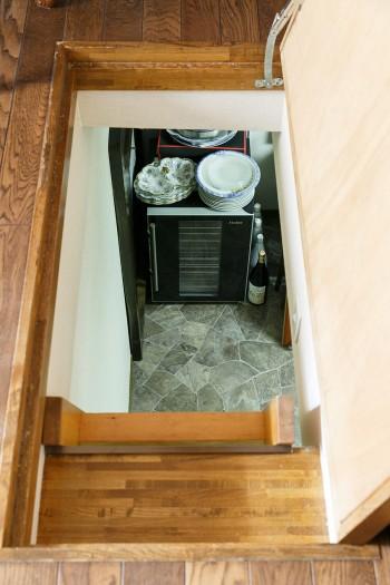 リビングの床下には4畳ほどもある大きな地下収納があり、ワインセラーや大皿、キャンプ用品などを収納している。