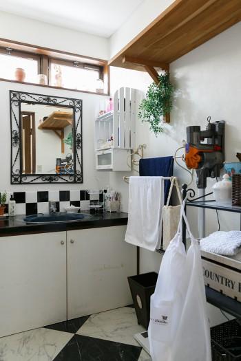 洗面室は鏡や床を取り換え、ご主人が壁にタイルを貼った。インパクトのある白黒のチェック柄がモダンな印象。