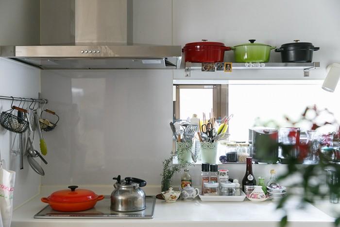 たくさんの調理器具が並ぶキッチン。換気扇はシンプルさとデザイン性の高さを重視してセレクトした。