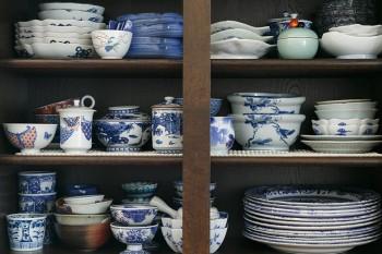 有田焼などの和食器、ロイヤルコペンハーゲンやマイセンなどの洋食器ともに、食材が引き立つ白と青をベースにしたものが多い。