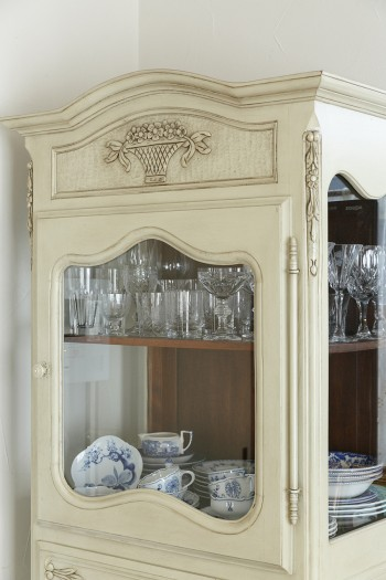 ももよさんがいちばん気に入っているというアンティーク調の白い食器棚。バカラのグラスなどが飾られている。