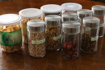バラの花や杏仁、ナツメ、甘草など、薬膳料理に使われる食材には、多様な効能がある。中華食材店などで手に入るそうだ。