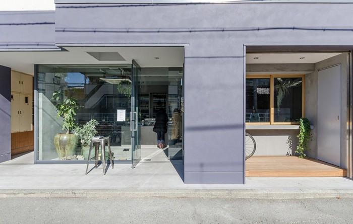 店舗の向かい側に大井町線。店は等々力駅と尾山台のほぼ中央に位置する。ちなみに木枠で囲んだ窓は全開でき、暖かくなったら、外に椅子を置いてバーのように使うこともできるという。