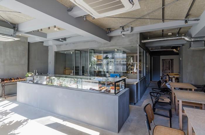 「素材を隠さず、生かして見せる」も設計のコンセプト。既存の天井をはがし、木片ツキ板合板をはめて圧迫感のない仕上がりに。高さが出たことで店全体が広々とした印象を受ける。