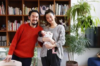 士郎さん、祥子さん、そして長女の千笑ちゃん。誕生してまだ1ヶ月に満たない時に取材にお邪魔しました。