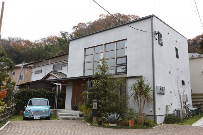 """チャールズ・イームズの自邸であるイームズハウスをイメージした外観。""""和""""を上手くとり入れることで、鎌倉の環境にも馴染む。"""