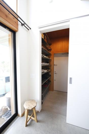 引き戸の向こうは靴の収納がたっぷりできる空間。実はその奥の扉が玄関ドア。