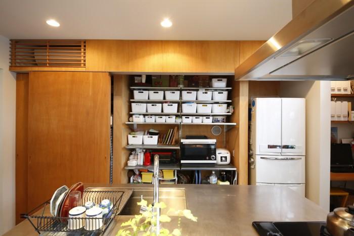 キッチンの背面の引き戸の中は収納庫になっている。普段は扉を閉めてスッキリと。