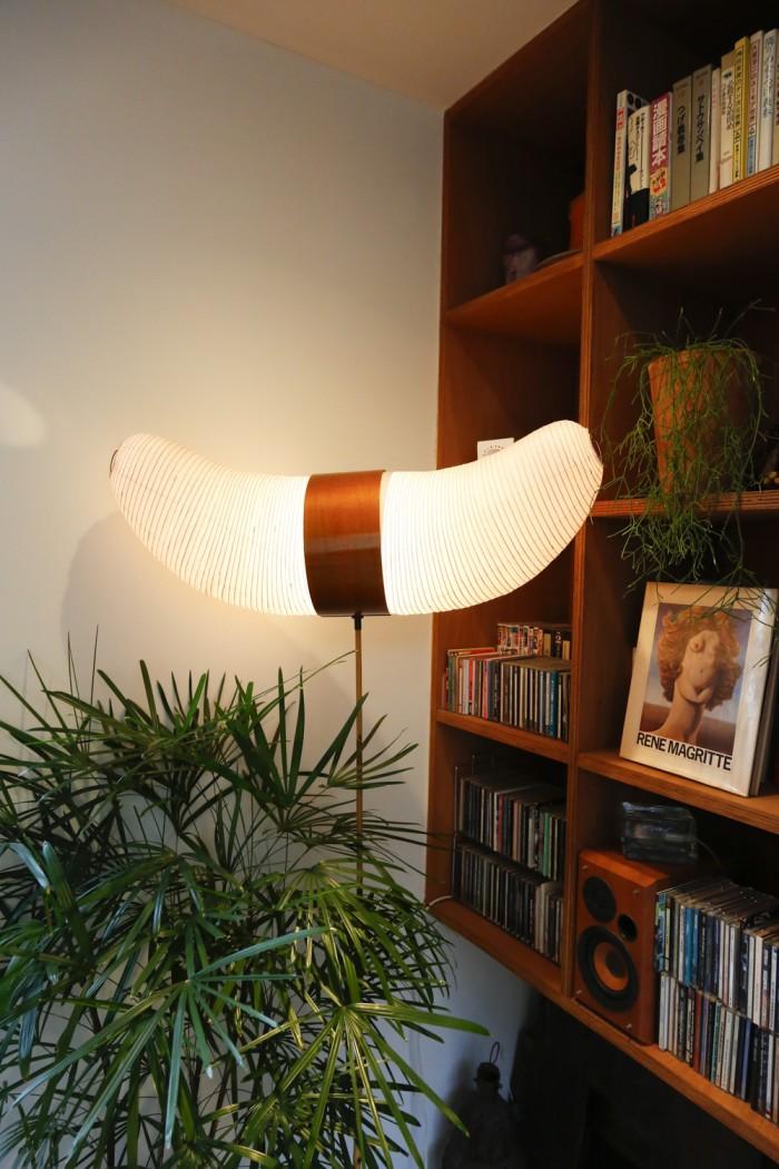 吹き抜けにもイサム・ノグチの照明が使われているが、このツノ型のものは、店に現物しかなかったものを無理に買い取ったそう。