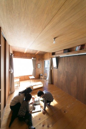 寝室は日中、子供たちの遊び場にもなる。テレビはなく、この部屋で大型スクリーンを広げて映画を観る。