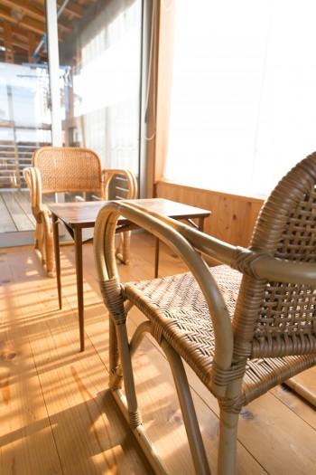 温泉旅館風の広縁コーナー。テーブルは知り合いの家具職人、真吉さんに作ってもらった。