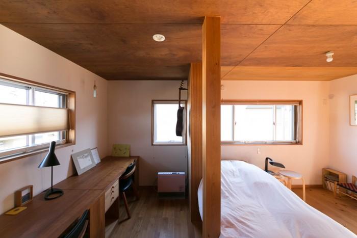 2階の奥は、現在は金野さんの寝室と子供たちの勉強机が置かれたスペース。各部屋は緩やかにつながり、1台のエアコン、1台のストーブで夏も冬も快適に過ごせるという。